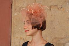 """Fascinator """"Matisse"""" - In tulle maline in Seta pura rosa Cipria su cerchietto foderato in Raso in tinta e penne in sfumatura"""
