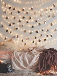 También queda muy lindo si cuelgas varias guirnaldas de luces en la pared. Suma fotos Polaroid pequeñas para un toque extra.