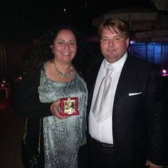 """Tanto lavoro ricompensato! L'artista Sabrina Bertolelli è stata premiata con targa Leone d'Oro dal Presidente de La Biennale di Venezia, il Dott. Sileno Candelaresi. Premio """"artista dell'anno"""" per la sua opera """"Charlie""""!  #SABRINABERTOLELLI #BiennalediVenezia #PadiglioneGuatemala #sweetdeath #charlie"""