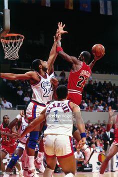 Fotografia de notícias : Michael Jordan of the Chicago Bulls shoots the...