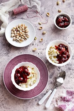 Wiem co jem: Kokosowy pudding ryżowy z wiśniami i pistacjami
