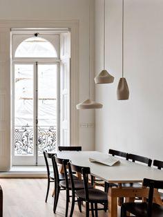 Pendelleuchte Pleat Box 13 aus dem Hause Marset überrascht mit ihrer originellen und außergewöhnlichen Ästhetik. Die konvexen Kurven verleihen der Leuchte