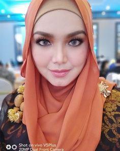 Siti Nurhaliza lens by Arab Girls Hijab, Girl Hijab, Beautiful Hijab Girl, Beautiful Women, Siti Nurhaliza, Zarine Khan, Perfect Selfie, Lens, Singer