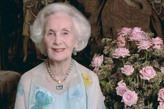 The Princess Lilian Sudee, Duchess of Halland (1915-2013) had several personal jewelry while drawing regularly in the great setting of the royal family as Queen Silvia always started at disposal. Her crown and one of her diamond necklaces have since been worn by Crown Princess Victoria as a diamond bracelet by Princess Madeleine on her wedding day. Other jewelery no longer been reviewed in public. Perhaps in the coming months when worn by Sofia Princess of Sweden, Duchess of Varmland ?