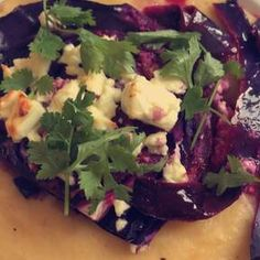 Gebackene Rotkohlsteaks mit Ziegenkäse   Rezept mit Video   Kitchen Stories Goat Cheese Recipes, Bacon Recipes, Veggie Recipes, Cooking Recipes, Roasted Red Cabbage, Cabbage And Bacon, Kohl Steaks, Yummy Drinks, Yummy Food