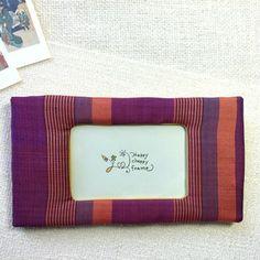 Etsy の日本の着物を使ったフォトフレーム。平織りの紫色の縦縞模様。和風レトロな 壁飾り。世界に1つのピクチャーフレーム。女性への贈り物。母の日のプレゼント。メモリアル ギフト。特別な思い出の写真。(ショップ名:ChoppyPhotoframe)