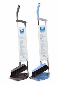 Rikkasettiin kuuluu lakaisuharja ja pitkä rikka. Lakaisuharjassa on reilunkokoinen harjasosa, jonka harjakset ovat tuuheaa synteettisen ja luonnonmateriaalin sekoitusta. Tukevalla harjalla saa roskat kätevästi pois myös matoilta. Lakaisuharja on tasapainotettu, joten sen voi jättää lattialle seisomaan itsekseen.