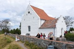 Sankt Ibbs gamla kyrka på Ven ligger högt belägen på backafallen med utsikt över Öresund. Landskrona församling i Lunds stift. Fotograf: Gustaf Hellsing /IKON. Saint Ibb old church on Ven lies high on the cliff tops overlooking the Sound. Landskrona parish in the diocese of Lund. Photographer: Gustaf Hellsing /IKON