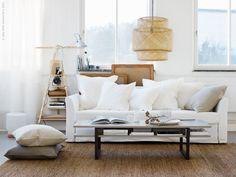 Bäddsoffan HOLMSUND är en snygg bekväm soffa som enkelt blir en skön bädd för nära och kära på besök. RISSNA soffbord, SINNERLIG matta och lampor. IKEA PS 2014 vägghylla, TERTIAL arbetslampa. På golvet SINNERLIG kuddfodral, i soffan URSULA kuddfodral.
