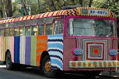 (by Pen Nee Chok) In the creative world, you have definitely heard of guerilla advertising.what about guerilla knitting? Guerilla Knitting, also known as Yarn bombing, graffiti. Yarn Bombing, Art Au Crochet, Knit Crochet, Knit Art, Free Crochet, Guerilla Knitting, Extreme Knitting, Guerrilla, Textile Artists