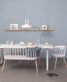 Zachte blauw tint op de muur, helder witte meubels van het merk Bodilson.