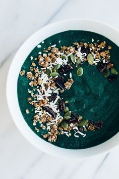 Green Smoothie Bowl w/ Coconut & Dark Chocolate