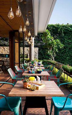 La terrasse à l'étage du restaurant design Lemongrass situé à Bogor (Indonésie)