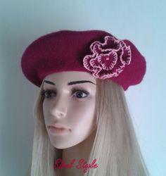 Béret basque , bonnet, chapeau en laine feutrée pour femme de couleur prune agrémenté d'une jolie fleur fantaisie : Chapeau, bonnet par sibel-style