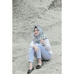Fatilatul yulfa Arab Girls Hijab, Girl Hijab, Jumma Prayer, Hijab Chic, Beautiful Hijab, Capri Pants, Celebrities, Hot, Instagram Posts