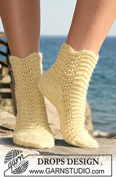 """Knitted DROPS socks in """"Alpaca"""" with wavy pattern. Size 35 to Free pattern by DROPS Design. Knit Shoes, Crochet Shoes, Crochet Slippers, Knit Crochet, Drops Design, Lace Knitting, Knitting Socks, Knitting Designs, Knitting Patterns Free"""