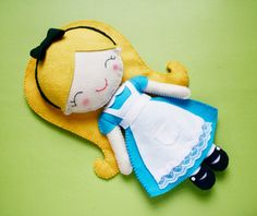 Felt Meia Tigela: Tutoriais alice in wonderland rag doll pattern cute kawaii design Alice In Wonderland Doll, Techniques Couture, Creation Couture, Felt Patterns, Felt Diy, Felt Hearts, Soft Dolls, Felt Ornaments, Diy Doll