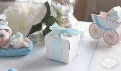 Favor boks æske til drenge barnedåb i lyseblå og hvid. Fin firkantet æske med smukt lyseblå satinbånd - smuk til lyseblå barnedåb borddækning og bordpynt