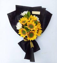 Felt Flower Bouquet, Hand Bouquet, Rose Bouquet, Diy Crafts For Gifts, Felt Crafts, All Flowers, Paper Flowers, Homemade Art, Felt Diy