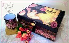 Caixa decorada linda ideal como porta-joias: com dois compartimentos e divisórias, confeccionada com técnicas de scrapdecor e decoupage, decorada com strass, rendas, aviamentos e flores de papel melita.