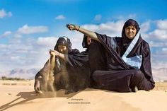 Before the Touareg woman can light a fire in the desert, so she must determine wind direction. She does this by picking up a handful of sand and let this fall. And her daughter and her daughter's daughter does the same, both slightly delayed. As all daughters have followed their mother's movements over millennials. photo: Mohamed Shalash.
