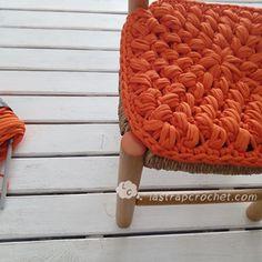 Video tutorial de asiento trapillo cuadrado tejido en crochet XL en punto pop corn para que decores todas las sillas de casa.