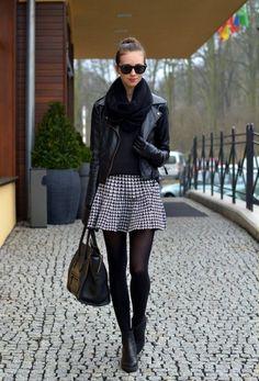 トップスは黒のセーターにライダースジャケットで甘辛モノトーンコーデ 千鳥格子スタイルのコーデ参考ファッション♪
