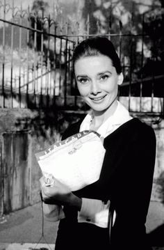 Audrey Hepburn shows the cable announcing that she has been named Best Actress of 1959 by the American critics of Film Daily (the New York Film Critics), for her performance in The Nun's Story, photographed by Pierluigi Praturlon in Rome, January Katharine Hepburn, Audrey Hepburn Mode, British Actresses, Actors & Actresses, Best Actress Award, Look Vintage, Vintage Vibes, Classic Beauty, Old Hollywood