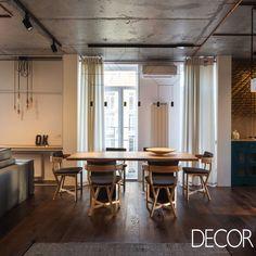 Apartamento com áreas integradas, aposta em décor industrial com materiais naturais. Veja em: