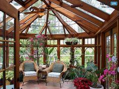 В загородном доме сделан современный зимний сад. При проектирование элитного жилого дома было предусмотрено остекленные эркера, расположенного на верхнем этаже. При выборе формы для зимнего сада от...