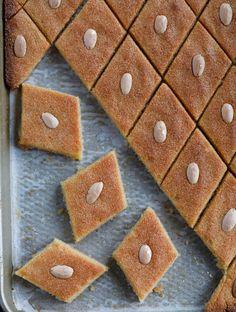 Namoura (نمورة) Arabic Dessert, Arabic Sweets, Arabic Food, Lebanese Desserts, Lebanese Recipes, Lebanese Cuisine, Greek Desserts, Easy Orange Chicken, Deserts