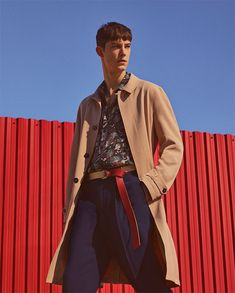Image 1 of SAND-COLOURED TRENCH COAT / FLOWING TROPICAL SHIRT / LOOSE FIT TROUSERS WITH PLEATS / THREE-COLOUR LEATHER SHOES / BLACK LEATHER BOWLING BAG from Zara