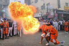 Augenblick: Feuer fürden Guru - SPIEGEL ONLINE