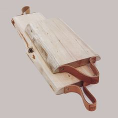 Platter of wood and leather. Raw wood board with 1 or 2 handles in tan leather. Each board is unique & handmade in France. Wood Logs, Raw Wood, Diy Arts And Crafts, Wood Crafts, Diy Cutting Board, Wood Creations, Wooden Kitchen, Wood Design, Leather Craft