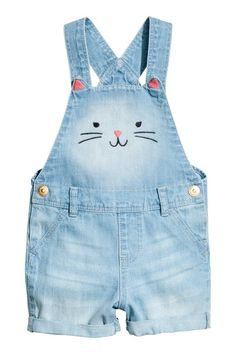 Dungaree shorts in soft washed denim with embroidered appliqués and adjustable straps with press-studs. Seam at the waist with belt loops and press-studs at Kids Dungarees, Dungarees Outfits, Outfits Niños, Baby Boy Outfits, Kids Outfits, Baby Girl Pants, Baby Jeans, Girls Pants, Denim Pinafore