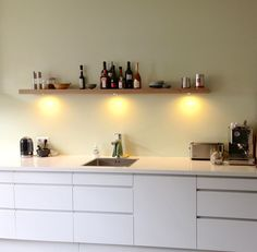 Bruine wandplank keuken