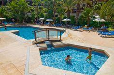 #Hotel en #Benidorm con #piscinas para niños y adultos, con hamacas, sombrillas y zona ajardinada. // Hotel in Benidorm with swimming pools for adults and children, sunbeds and garden area and children's playground.