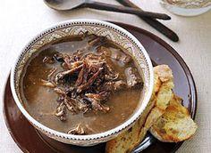 Als je van deze soep niet opknapt, dan weet ik het ook niet meer. Ossenstaartsoep wordt eigenlijk veel te weinig klaargemaakt, terwijl het juist zo veel smaak heeft. Het kost ook niet veel, dus ook de portemonnee kan even op…