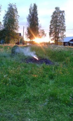 Aamuyön puolella mennään. Vanhat heinät vielä savuaa ja keskiyön aurinko paistaa.
