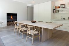 Hout als warm accent - beautiful minimal kitchen_white and blonde wood dining table_wishbone chairs Dining Room Design, Dining Area, Kitchen Dining, Kitchen White, Dining Chairs, White Oak Dining Table, Minimal Kitchen Design, Casa Cook, Minimalist Dining Room