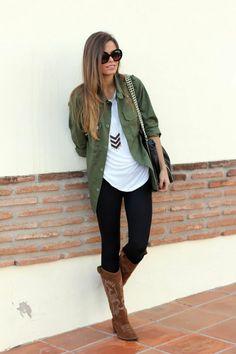 Cette jolie veste couleur olive créera une effet décontracté. On peut l'associer à des tee-shirt unis comme sur la photo, sans pour autant créer un look trop strict.