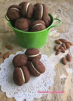 E' da un po' di tempo che voglio provare i baci di dama al cioccolato....questa volta però non ho usato le nocciole ma le mandorle...e de... Italian Cookies, Italian Desserts, Biscotti Cookies, Cake Cookies, Good Food, Yummy Food, Cookie Decorating, Nutella, Dog Food Recipes
