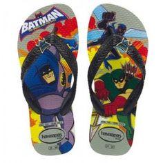 sommer, batman, havaianas. diese lässig grauen sandalen mit batman und anderen superhelden auf dem fussbett und logo am riemchen zeigen heroischen beach style, nicht nur am strand. ein must-have fuer kleine helden.