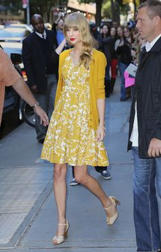 Yellow damask print dress and cardigan with nude shoes - Katie Couric Yellow Cardigan, Dress With Cardigan, Yellow Dress, Betty Draper, January Jones, Vintage Stil, Vintage Mode, Katy Perry, Mary Janes