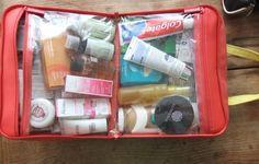 valigia cosa non deve mancare beauty case busta trasparente dentifricio prodotti toilette viaggio vacanza preparare bagagli viaggiare