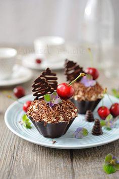 Cette année, c'est l'année des cerises. On les a mangées principalement fraîches, en salade de fruits, en clafouti...mais comme il me restait des coques en chocolat réalisées pour mon travail, j'ai eu l'idée de faire des forêts noires individuelles à...