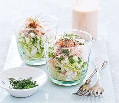 En sund og lækker forret til den perfekte gæstemiddag! Ingredienser ½ Icebergsalat, snittet ½ agurk, skåret i skiver 1 dl ærter ½ bundt dild, finthakket ½ pakke rejer til hver, ca. 75 g Dressing 50 g rød peberfrugt 1 tsk. paprika 2 dadler 1 fed hvidløg 1 spsk. revet løg (30 g) 2 tsk. HP-sauce ½ tsk. salt 4 spsk. skyr Fremgangsmåde Bland grøntsager, dild og rejer. Blend alle ingredienserne til dressingen og hæld den over salaten. Opskriften stammer fra bogen Slank på ét sekund. Andre læste…