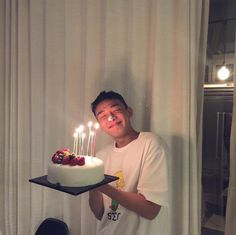 Yoo Ah In celebrating his birthday with friends now 161006 Korea Cake, Romantic Birthday, Yoo Ah In, Ulzzang Couple, Cute Cakes, Asian Boys, Party Fashion, He's Beautiful, Boy Birthday