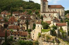 """Quienes siguen el blog irán al tanto que soy muy fans de los pueblos """"perdidos"""", apartados, escondidos entre montañas, y sobre todo bien conservados y con un encanto difícil de resistir. Siendo así, es fácil entender como en estos días termino alquilando un coche y largándome a explorar en una de las regiones de Francia …"""
