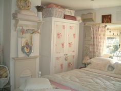 Wardrobe makeover with Farrow and Ball Pointing and Cabbages and Roses Cerise Hatley. Country Cottage Bedroom, Cottage Shabby Chic, Shabby Chic Farmhouse, Shabby Chic Bedrooms, Bedroom Vintage, Shabby Chic Furniture, Shabby Chic Decor, Cosy Bedroom, Pretty Bedroom